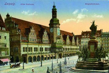 Bild wird vergrößert: Postkarte des Leipziger Marktplatzes um 1900 mit Siegesdenkmal und Altem Rathaus.