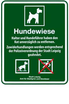 Bild wird vergrößert: Grünes Schild mit der Aufschrift: Hundewiese. Hier dürfen Hunde ohne Leine frei laufen.