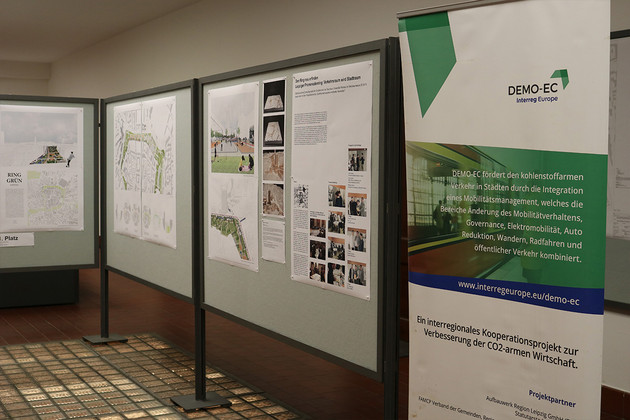 Blick auf Pinnwände mit Plänen und Infoplakaten