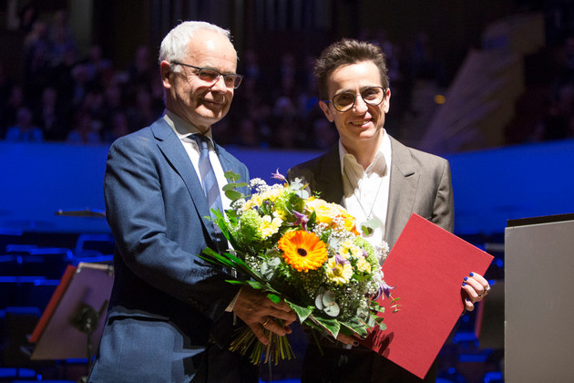 Heinrich Riethmüller giving flowers to Masha Gessen