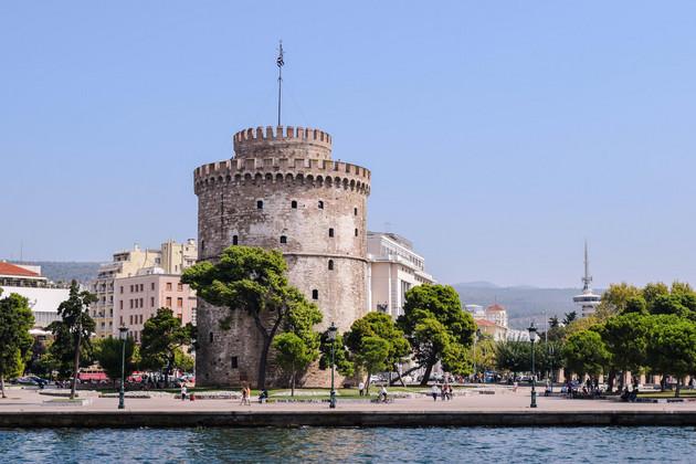 Weiße Turm von Thessaloniki an der Hafenpromenade.