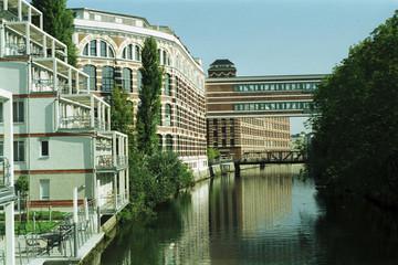 Bild wird vergrößert: Gebäude der ehemaligen Buntgarnwerk mit dem Fluss Elster daneben.