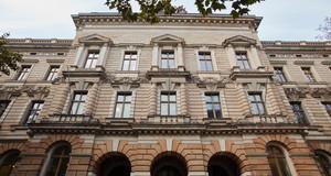 """Außenansicht der rreich mit Stuck verzierten Fassade der Hochschule für Musik und Theater """"Felix Mendelssohn Bartholdy"""" Leipzig"""