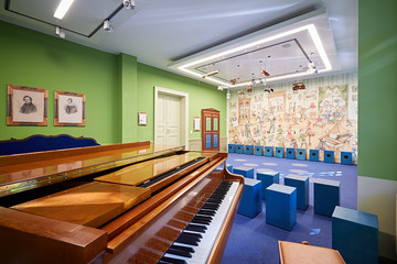 Bild wird vergrößert: Blick in den Klangraum mit Tasteninstrumen, Klanginstallation an der Decke und Cajons als Sitzhocker