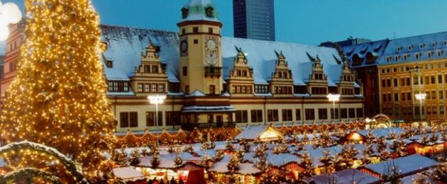 Leipziger Weihnachtsmarkt - Blick über den Markt in Richtung Altes Rathaus