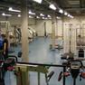 Verschieden Sportgeräte zum Kraftraining im Kraftraum der ARENA Leipzig