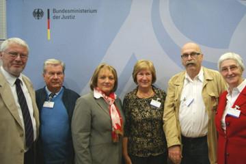 Bild wird vergrößert: Foto der Leipziger Seniorensicherheitsberater und Bundesjustizministerin Sabine Leutheusser-Schnarrenberger zum Tag des Ehrenamts am 26. Juni 2013 in Berlin.