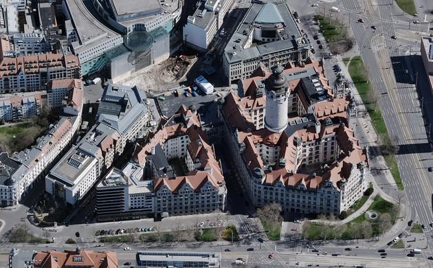 Schrägluftbild mit Blick von Westen nach Osten auf das Neue Rathaus in Leipzig.