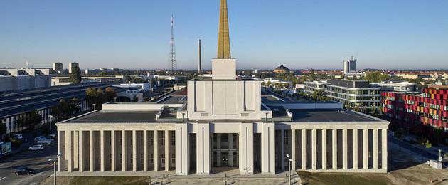 Das Gebäude des Leipziger Stadtarchivs im ehemaligen sowjetischen Pavillon auf der Alten Messe aus der Vogelperspektive