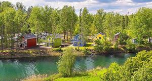 Ferienhäuser zwischen Bäumen auf dem Campingplatz am Kulkwitzer See