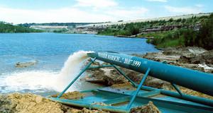 Pipeline mit herausfließendem Wasser zur Flutung des Markkleeberger Sees 1999