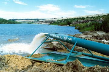 Bild wird vergrößert: Pipeline mit herausfließendem Wasser zur Flutung des Markkleeberger Sees 1999