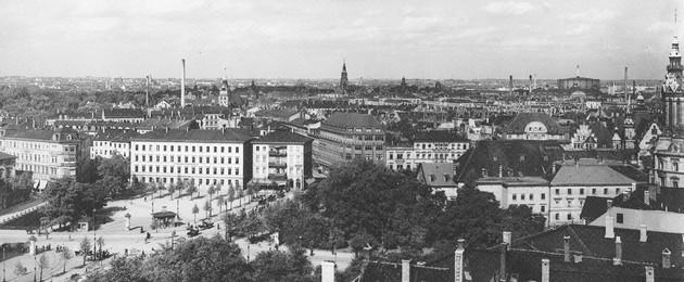 """Schwarz-Weiß-Luftbild des Naturkundemuseums am alten Standort """"Schulplatz"""""""