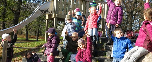 Kinder stimmen auf dem Spielplatz ab