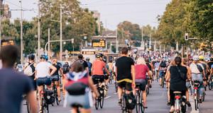 Viele Fahrradfahrer auf dem Martin-Luther-Ring in Richtung Kreuzung Neues Rathaus