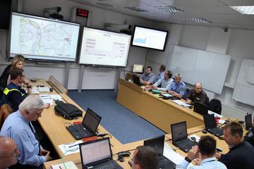 Bild wird vergrößert: seitliche Ansicht von Mitarbeitern des Rathauses Leipzig sowie der Branddirektion, die sich über das Hochwasser 2013 beraten