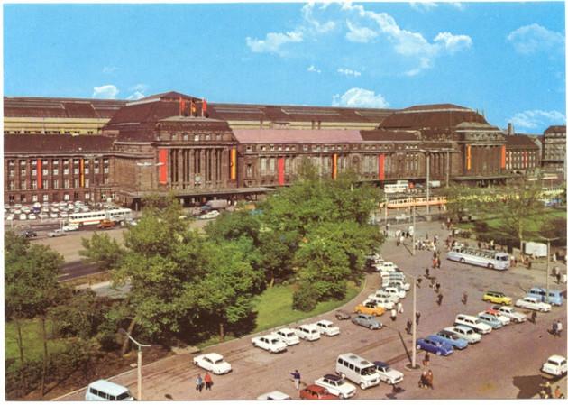 Die Abbildung zeigt den Leipziger Hauptbahnhof von Außen in den 1980ern.
