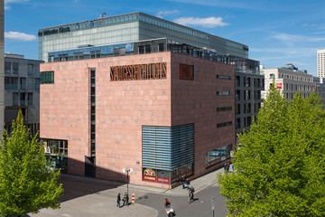 Bild wird vergrößert: Außenansicht des Stadtgeschichtlichen Museums, Böttchergässchen, blauer Himmel, Sonnenschein