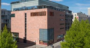 Außenansicht des Stadtgeschichtlichen Museums, Böttchergässchen, blauer Himmel, Sonnenschein
