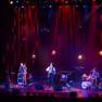 Die Band The Tiger Lillies auf der Bühne im Schauspiel bei einem Konzert.