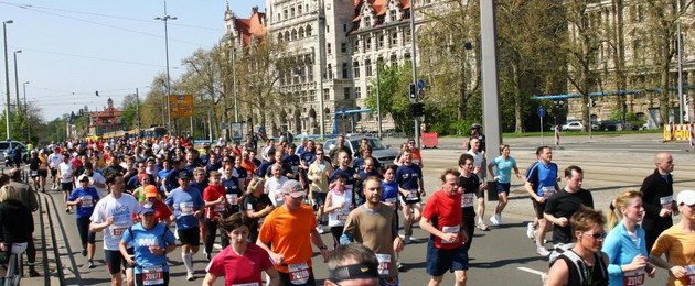 Läufer beim Leipzig Marathon vor dem Neuen Rathaus