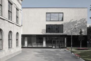 Bild wird vergrößert: Der Neubau in klassisch-moderner Form bildet ein Ensemble mit der historischen Schule und hat den gleichen hellen Farbton erhalten.