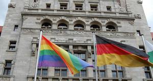 Farbfotografie, Regenbogenflagge vor dem Neuen Rathaus Leipzig