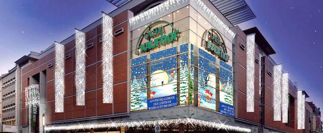 Großes Eckfenster des Galeria Kaufhofes, in dem über mehrere Etagen 24 Boxen mit Bildern zu sehen sind.
