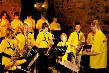 Bild wird vergrößert: Eine Gruppe von jungen Musikern spielt als Bigband in der Moritzbastei Leipzig.
