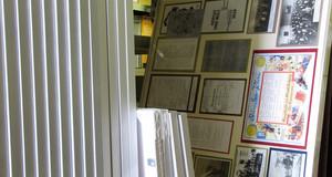 Ein Blick in das Archiv vergangener Sonderausstellungen. Regal mit Bilderrahmen.