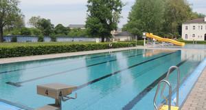 Wasserbecken mit Bahnen und Startblock im Schreberbad