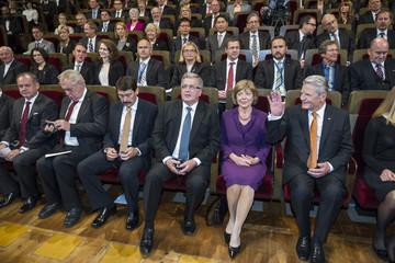 Bild wird vergrößert: Erste Reihe vor dem Festakt: v.r. Bundespräsident Joachim Gauck, Daniela Schadt, Präsident der Republik Polen, Bronislaw Komorowski, Präsident Ungarns, Dr. János Áder, Präsident der Tschechischen Republik, Miloš Zeman, Präsident der slowakischen Republik,