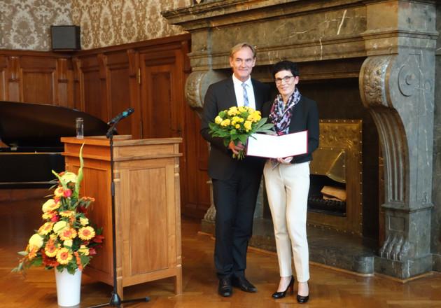 Oberbürgermeister Burkhard Jund und die Preisträgerin Prof. Dr. Katarina Stengler in Vertretung für das Gleichstellungsbüro der Medizinischen Fakultät und des Universitätsklinikums