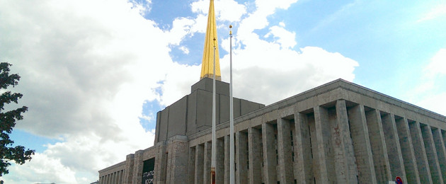 Blick auf den Sowjetischen Pavillon mit goldener Spitze