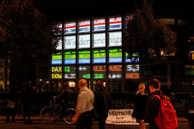 """Video- und Textinstallation """"Return on Investment""""  von Claudius Nießen an der Fassade des Commerzbank-Gebäudes am Dittrichring."""