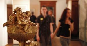Metalskulptur mit Engeln und Museumsbesuchern