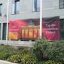 Ankündigung des Tages der deutschen Einheit am grauen Gebäude der deutschen Botschaft in Kiew mit einem großen roten Werbeschild