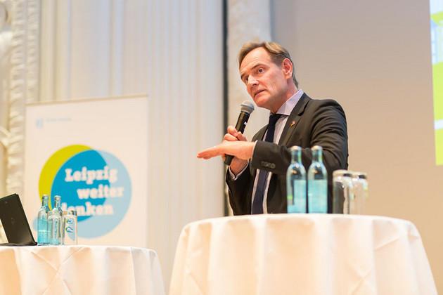 Oberbürgermeister Burkhard Jung redet mit einem Mikrofon in der Hand