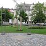 Gestaltete Fläche Grünes Tor Schönefeld mit gepflasterter Fläche, Rankgittern und Baumpflanzungen