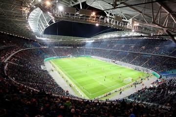 Bild wird vergrößert: Innenansicht der Red Bull Arena Leipzig bei einem Fußballspiel mit vollbesetzten Plätzen