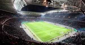 Innenansicht der Red Bull Arena Leipzig bei einem Fußballspiel mit vollbesetzten Plätzen
