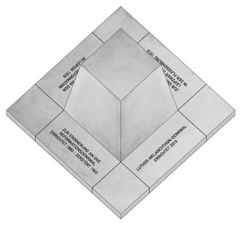 Verschiedene Inschriften am Boden eines Pyramidenstumpfes als Denkmal.