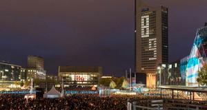 Viele Menschen beim Lichtfest auf dem Augustusplatz. Im Gewandhaus und auf dem City-Hochhaus ist eine 89.