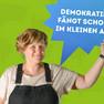 """Eine Frau hat sich mit dem Statement """"Demokratie fängt schon im Kleinen an."""" auf einer blauen Sprechblase fotografieren lassen."""