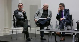 Drei Männer sitzen auf Stühlen während der Diskussionrunde Leipzig als europäisches Zentrum der Buchkultur?