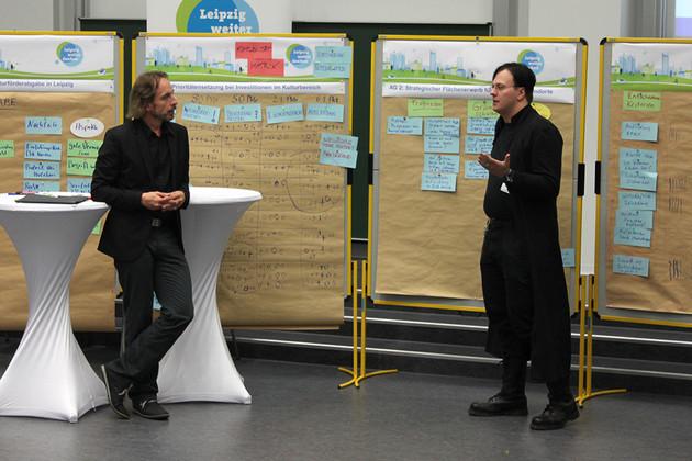 Ein Bürger stellt die Ergebnisse seiner Arbeitsgruppe im Plenum vor.