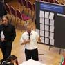 Christian Aegerter steht mit dem Mikrofon in der Hand neben dem Moderator des Zweiten Vorbereitungstreffens zum Jahr der Demokratie.