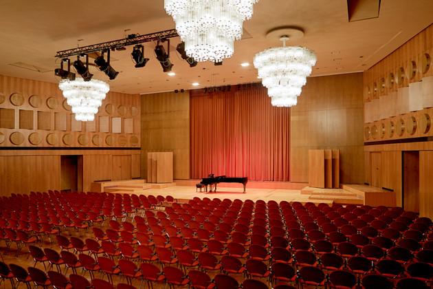 Leerer Mendelssohn Saal im Gewandhaus mit einem Klavier auf der Bühne