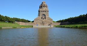 Das Völkerschlachtdenkmal in Leipzig vor blauem Himmel