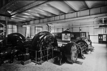 """Bild wird vergrößert: Fotografie der """"Kraftzentrale"""" eines Betriebes mit Dampfmaschine und Generator, um 1925."""